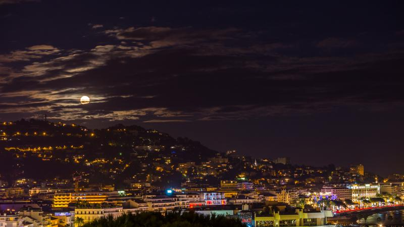 Superlune | Timelapse of the moon rising from the hills behind Cannes